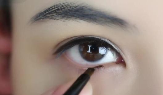 《眼线膏描画双眼》化妆课程